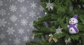 在灰色背景的圣诞树与雪花 库存图片