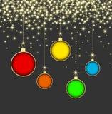 在灰色背景的圣诞节球与雪花 图库摄影