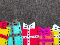 在灰色背景的圣诞节礼物 库存图片