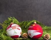 在灰色背景的圣诞节装饰 免版税库存照片
