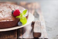 在灰色背景的巧克力蛋糕果仁巧克力 免版税图库摄影