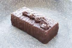 在灰色背景的巧克力蛋糕 库存照片