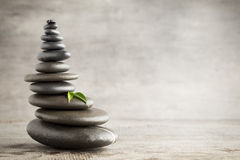 平衡_在灰色背景的平衡的石头