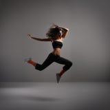 在灰色背景的新现代舞蹈演员 免版税库存图片