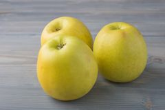 在灰色背景的新鲜的苹果 库存图片