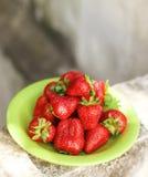 在灰色背景的新鲜的草莓 免版税库存图片