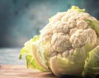 在灰色背景的有机花椰菜 免版税库存图片