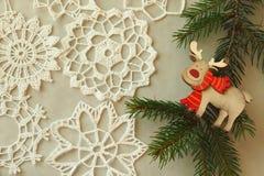 在灰色背景的木圣诞节驯鹿 免版税库存图片