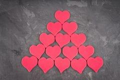 在灰色背景的桃红色心脏 天的标志恋人 免版税库存照片