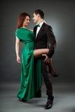 在灰色背景的浪漫夫妇跳舞探戈 库存照片