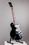 在灰色背景的电吉他 库存图片