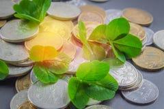 在灰色背景的疏散俄国硬币与三叶草叶子  好运,圣帕特里克的天 库存照片