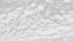 在灰色背景的白色云彩 免版税库存照片