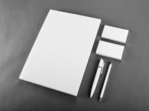 在灰色背景的空白的文具 包括名片, 免版税图库摄影