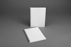 在灰色背景的空白的螺纹笔记本 库存图片