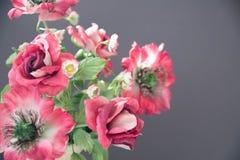 在灰色背景的美丽的人造花 艺术软的焦点 库存图片