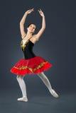 在灰色背景的美丽的女性跳芭蕾舞者 图库摄影