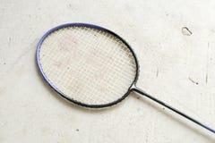在灰色背景的羽毛球拍 免版税库存照片