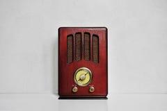 在灰色背景的老古色古香的收音机 免版税库存照片