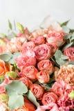 在灰色背景的花构成 婚姻的和欢乐装饰 粉状桃红色颜色 复制空间 特写镜头 免版税库存图片