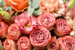 在灰色背景的花构成 婚姻的和欢乐装饰 粉状桃红色颜色 复制空间 特写镜头 库存图片