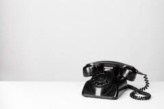 在灰色背景的葡萄酒黑电话 库存图片