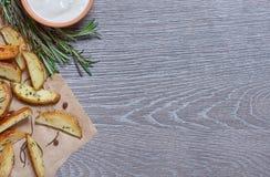 在灰色背景的被烘烤的土豆与木纹理 免版税库存照片
