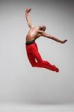 在灰色背景的年轻和时髦的现代跳芭蕾舞者 库存照片