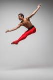 在灰色背景的年轻和时髦的现代跳芭蕾舞者 免版税库存照片