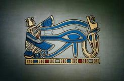 在灰色背景的Horus古老眼睛 库存照片