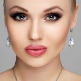 在灰色背景隔绝的美丽的妇女画象 有充分的嘴唇的,长的睫毛,清楚的皮肤,构成少妇 库存图片