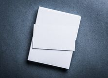 在灰色背景顶视图的空白的白色名片 免版税库存图片