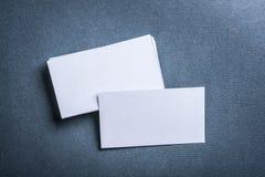 在灰色背景顶视图的空白的白色名片 库存图片