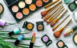 在灰色背景顶视图的装饰化妆用品样式 库存照片