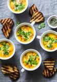 在灰色背景,顶视图的姜黄南瓜素食汤 平的位置胡桃南瓜汤在杯子服务 库存图片