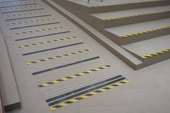 在灰色舷梯的工业镶边路或步警告handica的 向量例证
