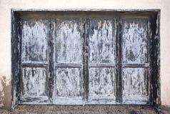 在灰色蓝色硬煤的大被风化的木门 图库摄影