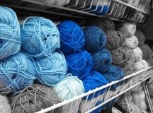 在灰色螺纹的蓝色 免版税库存图片
