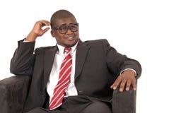 在灰色西装红色镶边领带的年轻非裔美国人的模型 免版税库存照片