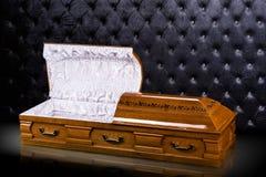 在灰色豪华背景隔绝的被打开的木棕色石棺 小箱,在皇家背景的棺材 免版税库存照片