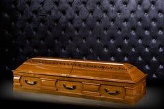 在灰色豪华背景隔绝的闭合的木棕色石棺 小箱,在皇家背景的棺材 库存照片