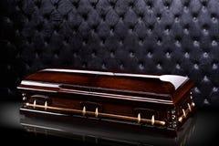 在灰色豪华背景隔绝的闭合的木棕色石棺 小箱,在皇家背景的棺材 免版税库存照片