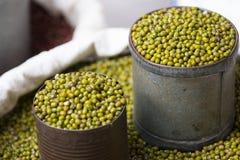 在灰色锡罐的青豆 免版税库存图片
