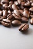 在灰色陶瓷表面的咖啡豆 库存照片