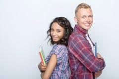 在灰色隔绝的可爱的夫妇 免版税库存图片