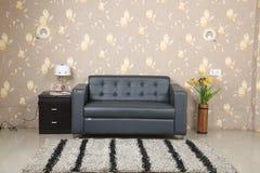 在灰色颜色的Adisson三人座位的沙发 库存照片
