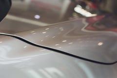 在灰色颜色表面无光泽的乙烯基包裹的现代汽车 免版税库存照片
