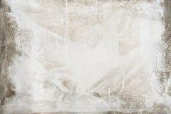 在灰色水泥纹理墙壁上绘的白色 抽象背景 免版税库存照片