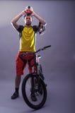 头戴在灰色ba的一个专业骑自行车者的画象一件盔甲 库存图片