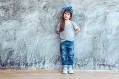 在灰色T恤杉的模型在街道墙壁 图库摄影